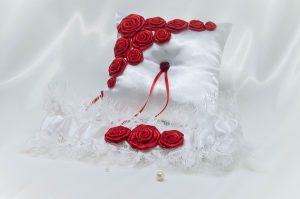 """Подушечка для колец """"Красные розы"""""""